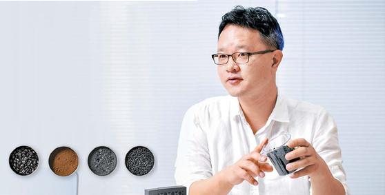 나용훈 도시광부 대표가 커피 찌꺼기로 만든 활성탄에 대해 설명하고 있다. 왼쪽 작은 사진은 원두에서부터 커피 활성탄으로 변하는 단계별 과정.