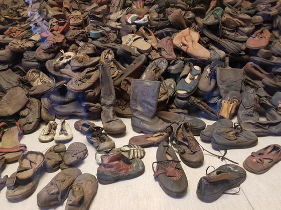 아우슈비츠 수용소에서 학살된 유대인들이 남긴 신발들. 수용소는 보관 중인 신발 10만 켤레 중 2만 켤레를 전시하고 있다.