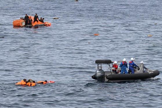 지난 7일 일본 노토반도 북서쪽 해상에서 발생한 북한 어선과 일본 수산청 어업 단속선 간 충돌 사고로 바다에 빠진 북측 선원을 일본 수산청 측이 구조하고 있다. [AP=연합뉴스]