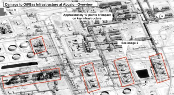 미 정부가 언론에 공개한 사우디 아브카이크 석유 단지의 위성사진. 드론 공격을 받은 시설들이 빨간색 테두리로 표시돼 있다. 검은색으로 그을리고 구멍이 뚫려 있는 모습이 보인다. '약 17곳의 주요 인프라 시설이 공격받았다'는 설명이 위쪽에 함께 제시돼 있다. [AP=연합뉴스]