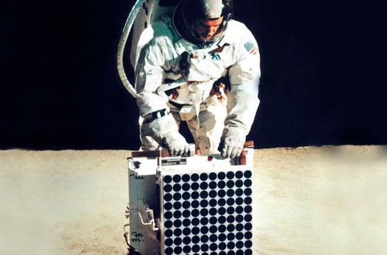 1969년 아폴로 11호가 달 표면에 설치한 레이저반사면. 독일의 대표적인 '히든챔피언' 헤래우스가 반사판의 소재인 석영유리를 공급했다. [사진 나사]