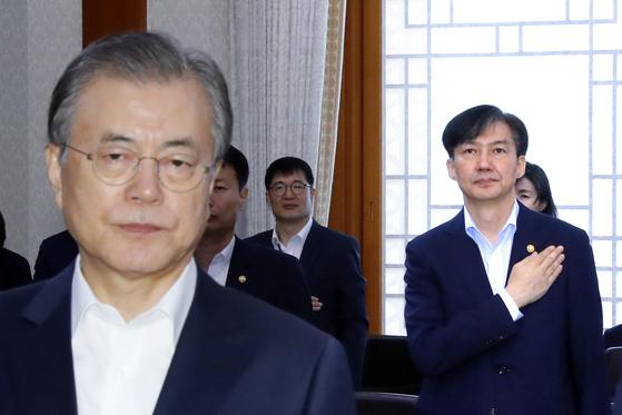 문재인 대통령이 8일 오전 청와대에서 열린 국무회의에서 국기에 경례하고 있다. 오른쪽은 조국 법무부 장관. [연합뉴스]