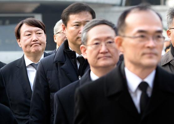 去る1月、次期検察総長候補者として指名されたユンソクヨル当時、ソウル中央地検長(左)が、国立ソウル顕忠院を参拝した後、移動している。 右からムンムイル当時、検察総長、ボンウク当時大剣次長検事。 [聯合ニュース]