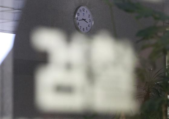 検察が午後9時以降の事件関係人深夜の調査を廃止すると発表した7日午後、ソウル瑞草区ソウル中央地検庁舎ロビーに時計がかかっている。 [聯合ニュース]