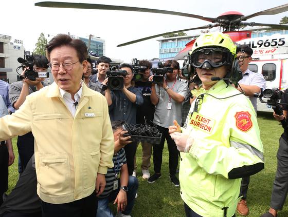 이재명 경기도지사(왼쪽)와 이국종 아주대 의과대학 교수. [연합뉴스]