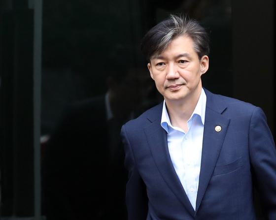 조국 법무부 장관이 8일 오전 서울 서초구 자택을 나서고 있다. [연합뉴스]