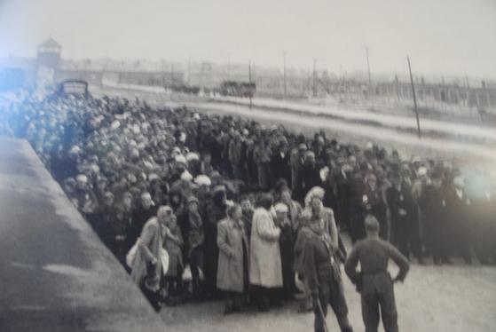 제2차 세계대전 당시 수용소로 이송된 유대인들이 철로 옆에 서 있다. 수용소 기념관에 전시된 당시 사진이다.