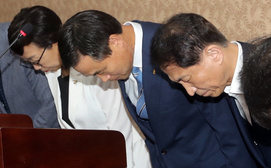 김동원 전북대 총장(가운데)과 보직 교수들이 지난 7월 9일 학내 진수당에서 최근 잇따라 발생한 교수들의 비위에 대해 사과하고 있다. [연합뉴스]