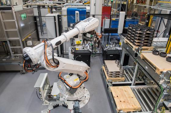 SKF 예테보리 스마트 공장에서 로봇이 베어링을 만들고 있다. 각종 부품은 자율주행 로봇이 공정에 맞게 공급한다. [사진 SKF]