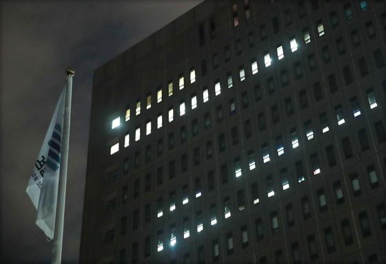 検察がチョ国法務部長官の夫人チョンギョンシム東洋大学教授召喚調査を控え私募ファンド疑惑の関係者を同時に呼んだ調査先月27日夜、灯が点灯したソウル瑞草洞ソウル中央地検庁舎。 [聯合ニュース]