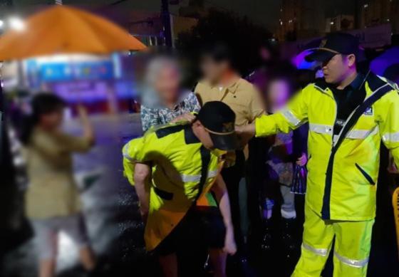지난 2일 자정쯤 경북 포항에서 태풍 미탁의 영향으로 집에 고립된 90대 할머니를 한 손승현 장성파출소 순경이 업고 나왔다. 당시 물은 성인 가슴 높이까지 불어나 있었다. [사진 경북경찰청]