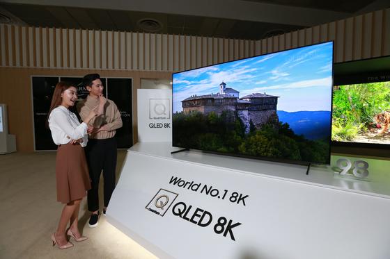 서울 삼성동 코엑스에서 8~11일 열리는 'KES 2019' 에서 삼성전자가 세계 판매 1위를 내세워 8K QLED TV를 홍보하고 있다. [사진 삼성전자]