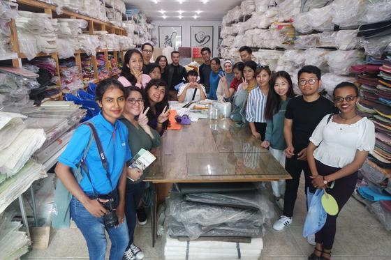 지난달 28일 경북 안동시에 있는 한지상설전시관을 찾은 '한국어 교사 양성 및 능력배양' 과정 참가자들. [사진 한림대]