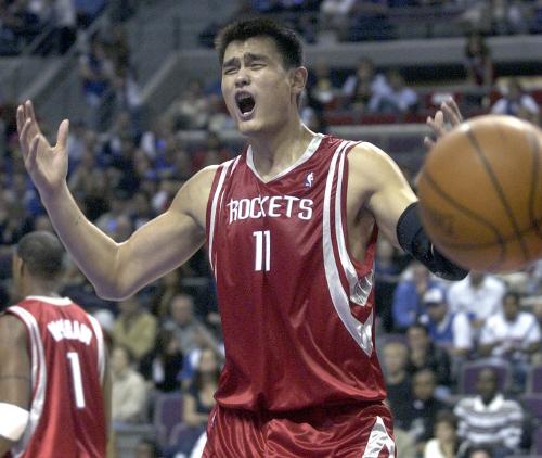 현재 중국농구협회장인 야오밍은 2002~2011년 10년간 미 NBA 휴스턴로키츠 선수로 뛰었다. 그는 NBA 올스타전에 8번 참가했다. 로키츠 팀은 그의 번호 11번은 영구 결번으로 남겼다. [중앙DB]