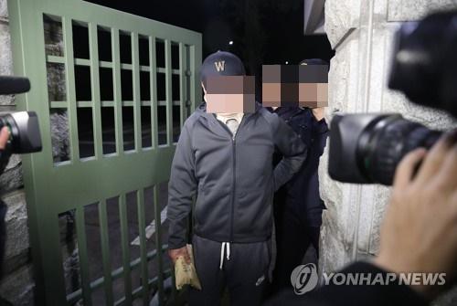 9일 새벽 조국 법무부 장관의 동생 조모씨가 서울구치소에서 대기하다 구속영장이 기각되자 밖으로 나오고 있다. [연합뉴스]