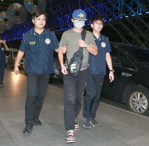 강제 출경을 위해 공항에 도착한 리샤오둥(가운데). [대만 중국시보 캡처=연합뉴스]