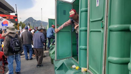 서울시는 9일 광화문 집회에 이동화장실 30칸을 설치했다. 김태호 기자