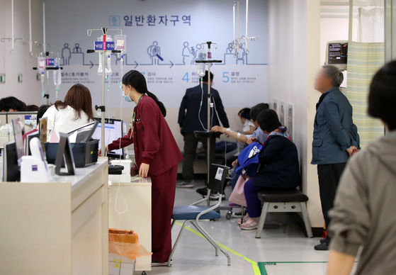 서울의 한 병원 응급실의 일반환자구역이 경증 환자들로 복잡하다. [연합뉴스]