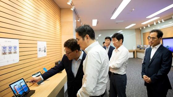 이재용 삼성전자 부회장이 지난 8월26일 충남 아산에 있는 삼성디스플레이 사업장을 방문해 중소형 OLED 디스플레이의 기능에 대한 설명을 듣고 있다. [사진 삼성전자]