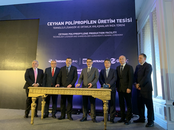 김태진 GS건설 부사장(오른쪽에서 세 번째)이 지난달 26일 터키 이스탄불에서 '제이한 PDH-PP 프로젝트' 주주계약식에 참석했다. [사진 GS건설]