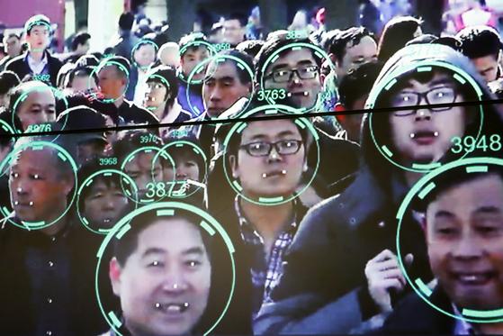2018년 10월 중국 베이징에서 열린 AI 개발자 대회에서 시연된 얼굴인식 프로그램. [로이터=연합]
