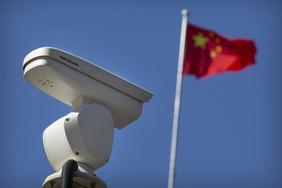 중국 최대 CCTV 제조업체 하이캉웨이가 만든 감시 카메라가 도심 전역에 설치돼 있다. [AP=연합]