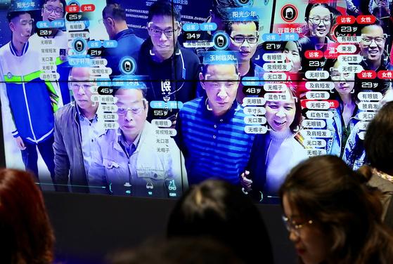 지난 5월 중국 푸저우 디지털 차이나 박람회. 관람하러 온 시민들의 신원이 인식되고 있다. [로이터=연합]
