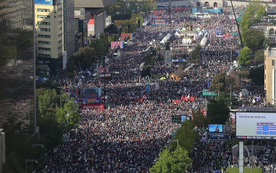 9일 오후 범국민투쟁운동본부 등 보수단체가 주최한 조국 법무부 장관 사퇴 촉구 집회에서 참가자들이 서울 세종로 광화문광장 일대에 모여있다. [뉴스1]