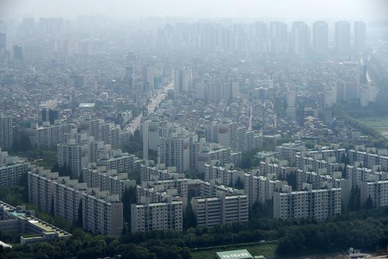 지난 7월 이후 30대가 아파트 매수에 적극 나서면서 서울 아파트 매매거래가 급증하고 가격도 많이 올랐다. 정부는 8월 이후 이상거래로 의심되는 1200여건에 30대 거래가 적지 않은 것으로 보고 자금 출처 등을 조사할 계획이다.