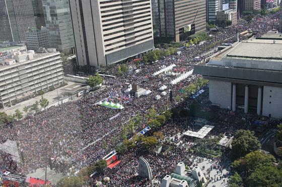한글날인 9일 서울 광화문광장에서 범보수단체 주최로 열린 조국 법무부 장관 사퇴 촉구 집회에 시민들이 참여해 있다. [연합뉴스]