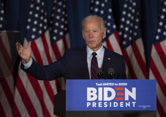 """조 바이든 전 미국 부통령이 9일(현지시간) 뉴햄프셔주 로체스터에서 열린 집회에서 """"트럼프 대통령은 탄핵당해야 한다""""고 주장하고 있다. [EPA=연합뉴스]"""