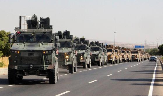 9일(현지시간) 터키군 장갑차량들이 시리아 국경을 넘고 있다. 이날 레제프 타이이프 에르도안 터키 대통령은 쿠르드 민병대 등에 대한 군사작전을 시작했다고 밝혔다. [로이터=연합뉴스]
