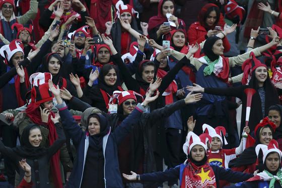 이란 여성축구팬들이 작년 11월 아자디경기장에서 열린 이란 페르세폴리스와 일본 가시마 앤틀러스의 AFC 결승전 경기 응원을 하고 있다.[EPA=연합뉴스]