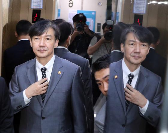 조국 법무부 장관이 지난달 19일 오전 국회 의원회관에서 박지원 대한정치연대 의원 예방을 마친 뒤 엘리베이터에 탑승해 있다. 김경록 기자