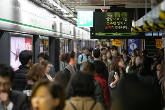 10일 오전 서울 지하철 2호선에 문제가 발생해 열차 운행에 차질이 빚어지면서 서울 중구 시청역에서 출근길 시민들이 불편이 겪고 있다. 서울교통공사는 이날 차량 고장이나 지연이 아닌 신호 장애라고 설명했다. [뉴스1]