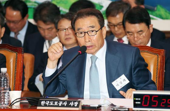 이강래 한국도로공사 사장이 10일 국회에서 열린 국토교통위원회의 국정감사에 출석해 의원 질의에 답변하고 있다. 변선구 기자