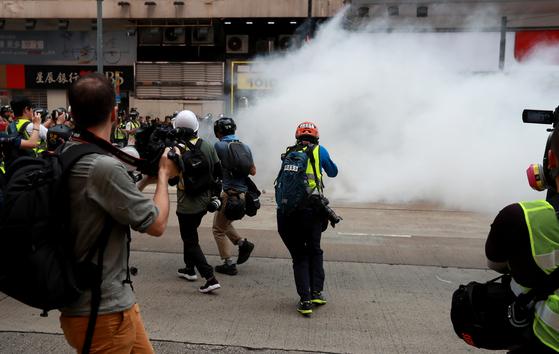 지난달 29일 홍콩 완차이 지역에서 한 기자가 시위 현장을 촬영하고 있다. [로이터=연합뉴스]
