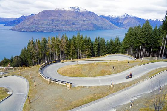 뉴질랜드 남섬 퀸스타운은 전 세계 액티비티의 수도로 통한다. 번지점프·루지·스카이다이빙 등 다양한 레포츠를 체험할 수 있다. 해발 790m 높이의 봅스힐을 루지를 타고 내려왔다. 와카티푸 호수와 세실봉(1978m)의 경치가 시원스럽다. 백종현 기자