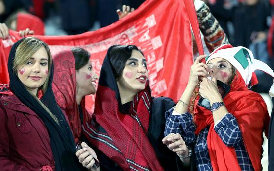 이란 여성축구팬들이 작년 11월10일 테헤란 아자디경기장에서 열린 AFC(아시아축구연맹) 결승전 경기를 구경하고 있다. 이날 경기장에는 이란 축구협회와 관련된 여성팬들 일부가 입장, 이란 페르세폴리스와 일본 가시마 앤틀러스의 경기를 관람했다. [EPA=연합뉴스]