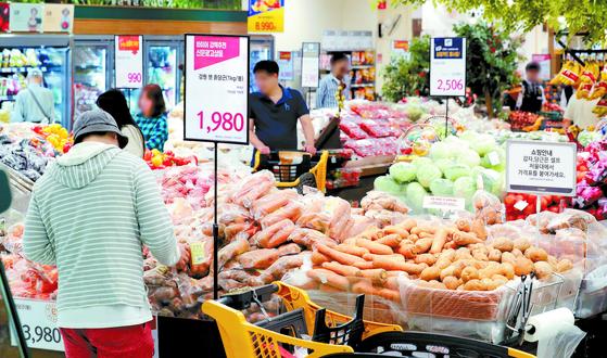 지난 1일 서울 시내의 한 마트에서 시민들이 장을 보고 있다. 통계청이 이날 발표한 '2019년 9월 소비자물가동향'에 따르면 9월 소비자물가는 전년 동월 대비 0.4% 하락했다. [뉴스1]