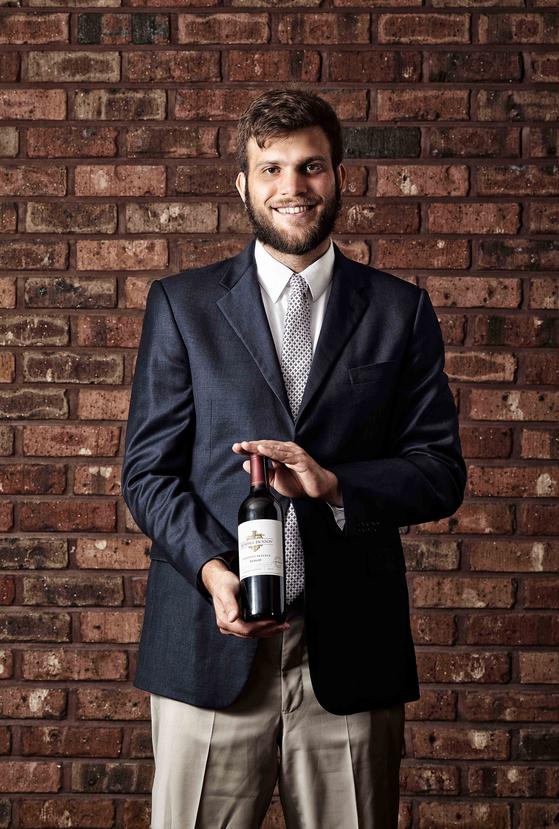프리미엄 와인 캔달 잭슨으로 유명한 잭슨 패밀리 와인즈의 크리스토퍼 잭슨이 한국을 찾았다. 캘리포니아 와인을 알리는 것이 목표다. 지난달 27일 서울 강남의 한 이탈리안 레스토랑에서 포즈를 취했다. [사진 아영FBC]