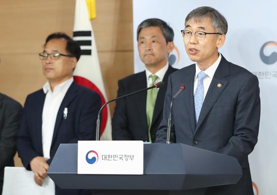 김성수 과학기술정보통신부 과학기술혁신본부장이 지난 8월 서울 세종로 정부서울청사에서 '소재·부품·장비 연구개발 투자전략 및 혁신대책'을 발표하고 있다. [뉴스1]