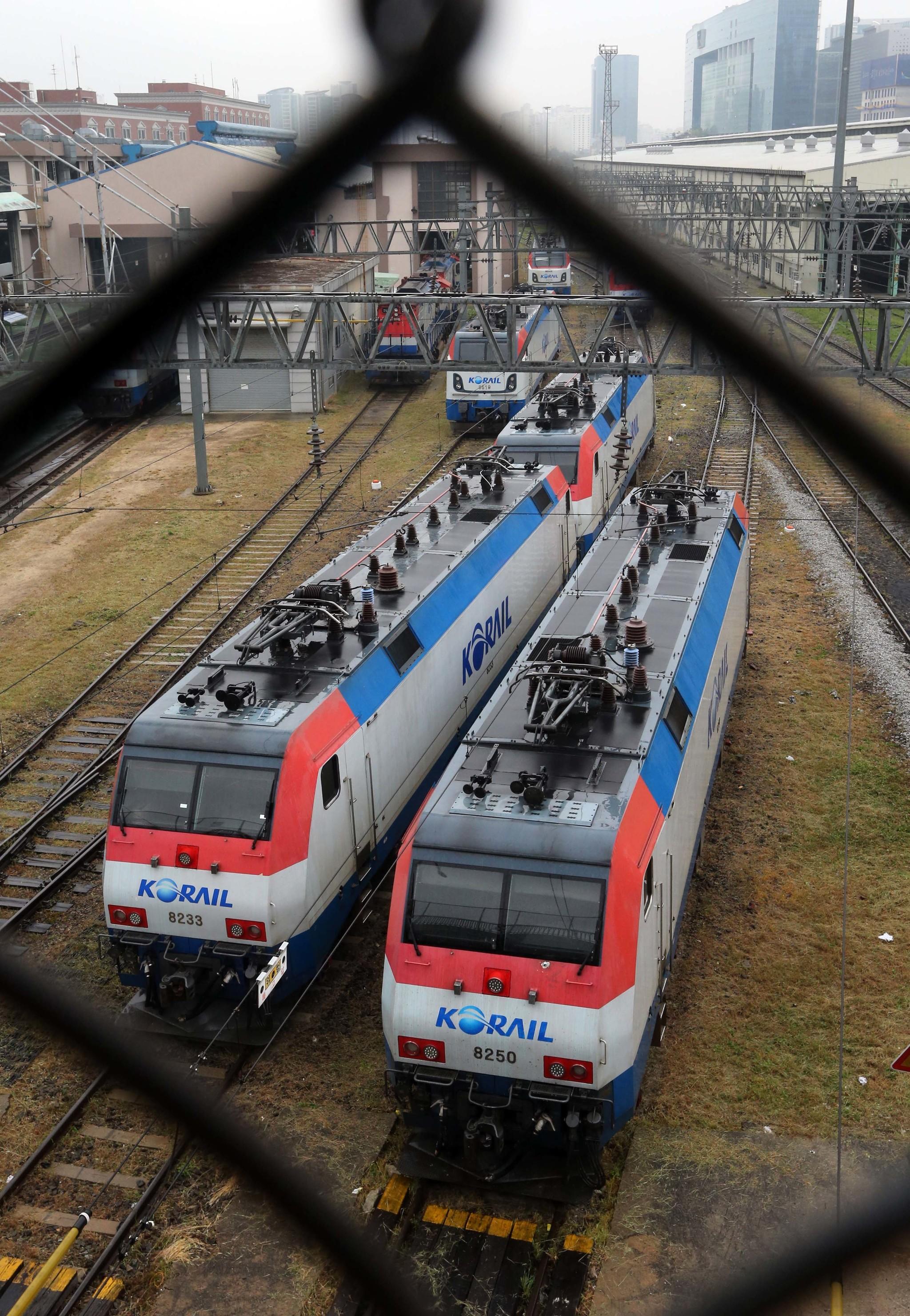 2016년 9월 철도노조 파업으로 서울 수색차량기지에 국철 기관차들이 멈춰 서있다. [중앙노조]
