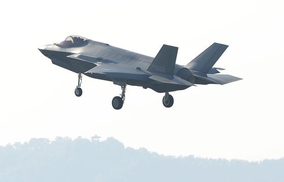 국군의 날을 하루 앞둔 30일 오후 세계 최강 최신예 F-35A 스텔스 전투기가 청주 공군기지로 착륙하고 있다. 이 스텔스 전투기는 1일 대구 공군기지에서 열리는 국군의 날 행사에서 일반에 첫 공개된다. [프리랜서 김성태]