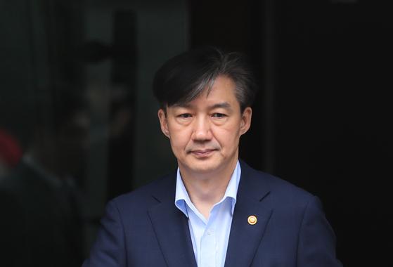 조국 법무부 장관이 10일 오전 서울 서초구 방배동 자택을 나서고 있다. [연합뉴스]