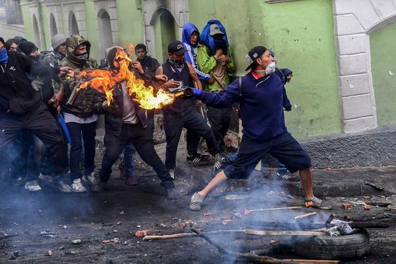 에콰도르 시위대가 9일(현지시간) 키토 거리에서 유류가격 인상에 반대하며 시위를 벌이고 있다. [AFP=연합뉴스]