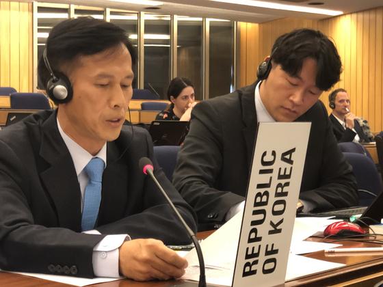 송명달 해수부 해양환경정책관(왼쪽)이 영국 국제해사기구에서 열린 런던협약 및 의정서 총회에서 후쿠시마 오염수 방출 문제에 대한 우려를 제기하고 있다. [해수부 제공]