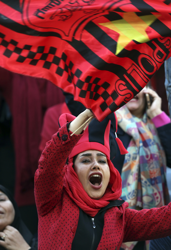이란 여성축구팬들이 작년 11월 아자디경기장에서 열린 이란 페르세폴리스와 일본 가시마 앤틀러스의 AFC 결승전 경기 응원을 하고 있다.[AP=연합뉴스]