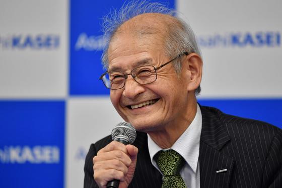 2019 노벨 화학상 수상자인 요시노 아키라가 9일 수상 발표 직후 기자회견을 하며 환하게 웃고 있다. [AFP=연합뉴스]