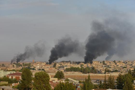 9일(현지시간) 시리아 국경 마을 라스 알 아인에서 연기가 피어오르고 있다. 이날 터키는 시리아에 있는 쿠르드족을 공격했다. [로이터=연합뉴스]